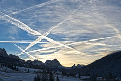 Nascer do sol do inverno nas montanhas Fotos de Stock