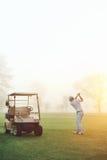 Nascer do sol do jogador de golfe imagens de stock