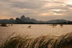 Nascer do sol do lago com montanhas Imagem de Stock