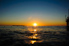Nascer do sol do mar em ondas macias Imagem de Stock