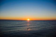 Nascer do sol do mar em ondas macias Imagem de Stock Royalty Free