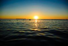Nascer do sol do mar em ondas macias Fotografia de Stock