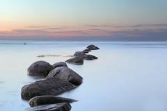 Nascer do sol do mar no mar Báltico em Letónia Fotos de Stock Royalty Free