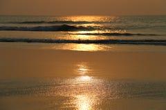 Nascer do sol do ouro na praia Imagens de Stock