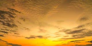Nascer do sol do por do sol com nuvens, raios claros e o outro efeito atmosférico, equilíbrio branco seletivo Imagem de Stock Royalty Free