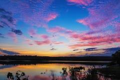 Nascer do sol do por do sol com nuvens, raios claros e o outro efeito atmosférico, equilíbrio branco seletivo Foto de Stock Royalty Free