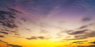 Nascer do sol do por do sol com nuvens, raios claros e o outro efeito atmosférico, equilíbrio branco seletivo Fotos de Stock