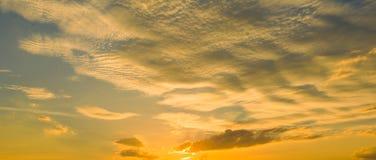 Nascer do sol do por do sol com nuvens, raios claros e o outro efeito atmosférico, equilíbrio branco seletivo Imagem de Stock