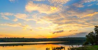 Nascer do sol do por do sol com nuvens, raios claros e o outro efeito atmosférico, equilíbrio branco seletivo Fotografia de Stock