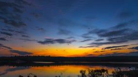 Nascer do sol do por do sol com nuvens, raios claros e o outro efeito atmosférico, equilíbrio branco seletivo Foto de Stock