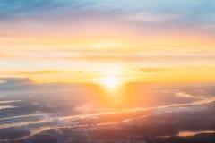Nascer do sol do por do sol sobre a cidade Riga, Letónia Vista aérea da alta altitude Imagens de Stock