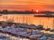 Nascer do sol do porto de Boston com barcos fotos de stock