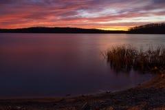 Nascer do sol do Predawn no lago Imagem de Stock