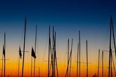 Nascer do sol do sillhoutte do mastro dos barcos Foto de Stock Royalty Free