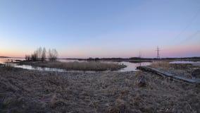 nascer do sol do timelapse nos bancos do lago pitoresco com a lua video estoque