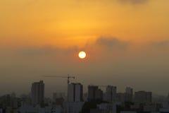 Nascer do sol do verão em uma cidade imagens de stock royalty free