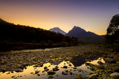 Nascer do sol dourado do momento com montanha Fotos de Stock