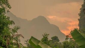 Nascer do sol dourado na área tropical Timelapse da montanha da pedra calcária Sok de Khao, Tailândia video estoque