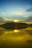 Nascer do sol dourado no céu azul fotos de stock