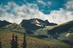 Nascer do sol dourado sobre a montanha da pirâmide no lago pyramid em Jasper National Park, Alberta, Canadá fotografia de stock