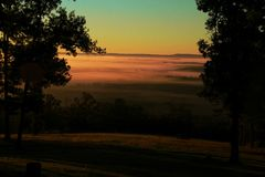 Nascer do sol dourado sobre o vale da montanha Fotografia de Stock Royalty Free