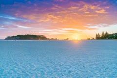 Nascer do sol dourado sobre a praia imagem de stock