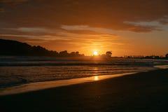 Nascer do sol dourado sobre a praia fotografia de stock