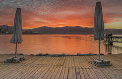 Nascer do sol dramático na praia do norte de Eilat Foto de Stock