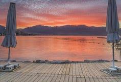 Nascer do sol dramático na praia do norte de Eilat Fotos de Stock