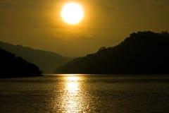 Nascer do sol dramático no lago imagem de stock