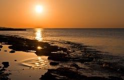 Nascer do sol dramático no mar fotos de stock