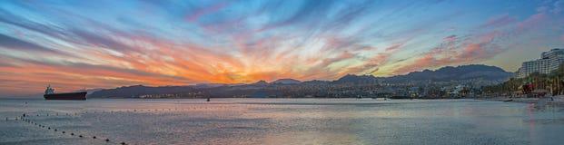 Nascer do sol dramático no porto de Eilat, vista panorâmica cênico Foto de Stock Royalty Free