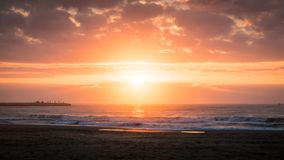 Nascer do sol dramático pela praia no mar Mediterrâneo em Cullera, Valência fotos de stock