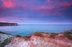 Nascer do sol dramático sobre penhascos em Oceano Atlântico Foto de Stock