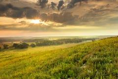 Nascer do sol dramático sobre o parque nacional da conserva da pradaria de Kansas Tallgrass Imagens de Stock