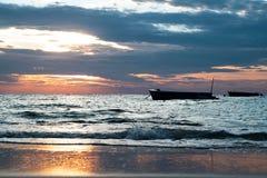 Nascer do sol e barco na ilha Rayong Tailândia de Samet da praia de Sangtian foto de stock