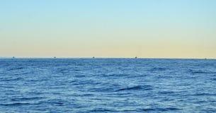 Nascer do sol e fileira dos barcos de pesca Foto de Stock Royalty Free