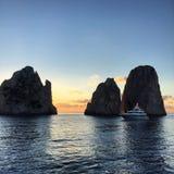 Nascer do sol e iate em Capri Fotos de Stock