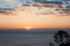 Nascer do sol e névoa imagem de stock