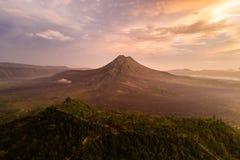 Nascer do sol e névoa da vista bonita no vulcão de Batur, Kintamani, Bali, Indonésia Opinião do nascer do sol do vulcão de Batur, imagem de stock