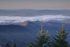 Nascer do sol e névoa em um cume Fotografia de Stock Royalty Free