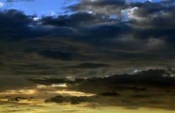 Nascer do sol e nuvens escuras Fotografia de Stock Royalty Free