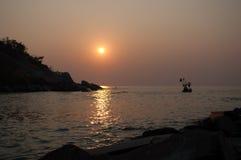 Nascer do sol e oceano da silhueta na praia de Huahin Fotografia de Stock