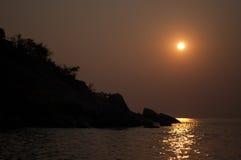 Nascer do sol e oceano da silhueta na praia de Huahin Imagens de Stock Royalty Free