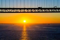 Nascer do sol e silhueta do 25a da ponte de abril Fotografia de Stock