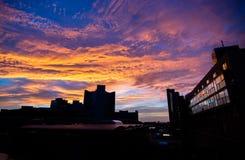 Nascer do sol e skyline da cidade Fotos de Stock Royalty Free