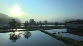 Nascer do sol e sunup com névoa e reflexão da manhã à água mágica e bonita azul da superfície, baixa truta do laithe, e filme