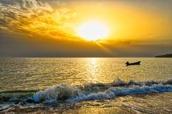 Nascer do sol e um barco de pesca! Imagens de Stock Royalty Free