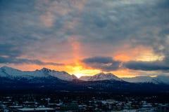 Nascer do sol em Alaska sobre montanhas Fotos de Stock Royalty Free