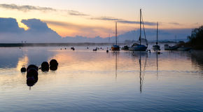 Nascer do sol em Christchurch em Dorset fotos de stock royalty free